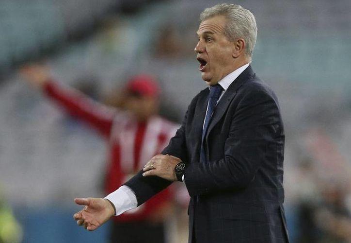Javier Aguirre durante el partido en el que Japón fue eliminado en penales por Emiratos Árabes Unidos. (Foto: AP)