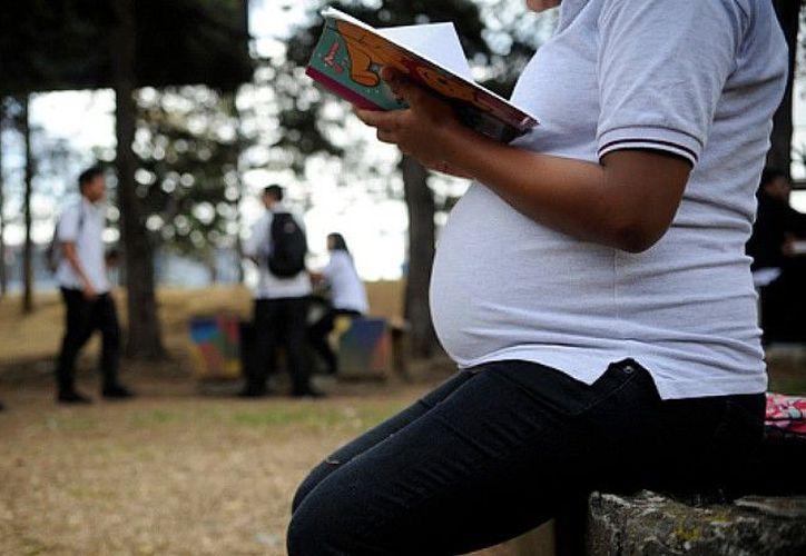 De las 16 alumnas que resultaron embarazadas de 2016 a la fecha, dos suspendieron la asistencia a clases en Bachilleres. (Foto: Contexto)