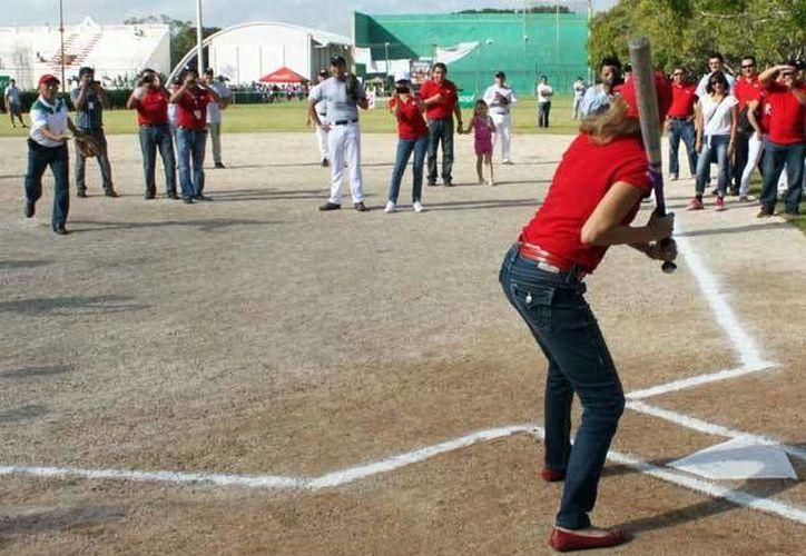 Lucy González Dennis durante la reinauguración del campo de sóftbol del estadio <i>General Salvador Alvarado</i>. (Milenio Novedades)