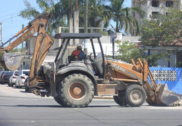 Se cuentan con unidades automotrices de gran calado, como tractores, motoconformadoras, volquetes, entre otros. (Harold Alcocer/SIPSE)