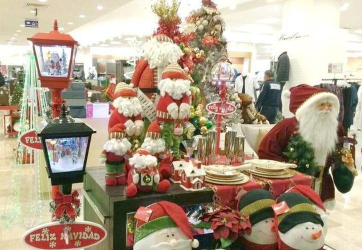 La decoración en los comercios poco a poco empieza a ser alusiva a la Navidad. (Milenio Novedades)