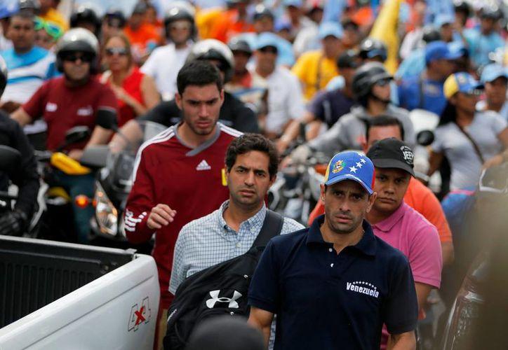 La oposición, encabezada por Henrique Capriles, tiene ahora poca difusión debido a la presión que ejerce en los medios el oficialismo. (Agencias)