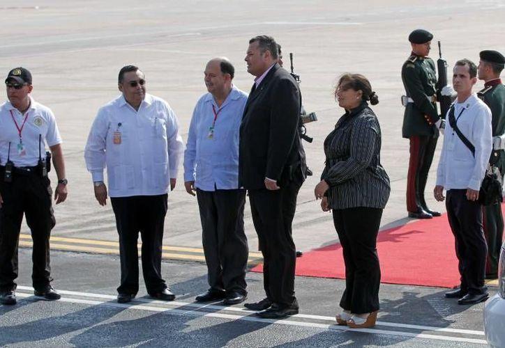 El primer ministro de Curazao, Ivar Asjes (de traje) fue  recibido con los honores correspondientes en el Aeropuerto Internacional de Mérida. (Cortesía)