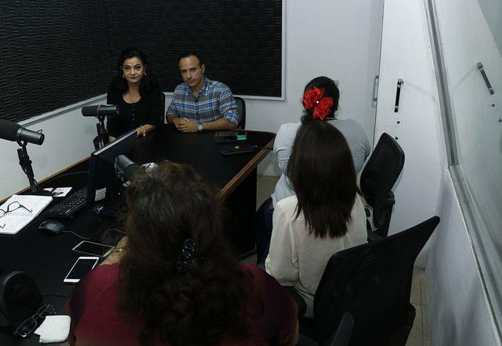 """Invitadas del grupo de ayuda 'Un día a la Vez' brindaron su testimonio durante la transmisión del programa """"Salvemos una vida"""" de Grupo SIPSE."""