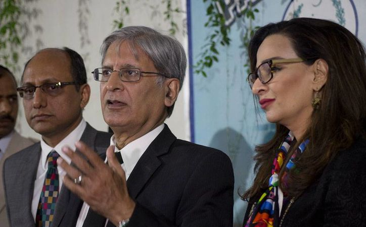 """El legislador del Partido del Pueblo que presentó la ley contra los """"asesinatos por honor"""", Aitzaz Ahsan, al centro, habla con la prensa en Islamabad el jueves, 6 de octubre del 2016. (AP/B.K. Bangash)"""