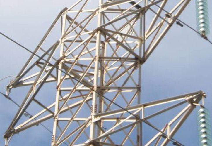 Un joven de 22 años de edad fue rescatado de una torre de alta tensión que escaló con la intención de suicidarse. (Octavio Martínez/SIPSE)