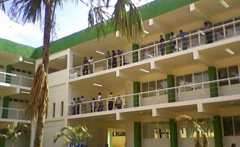 En enero pasado, dos maestros fueron dados de baja de la Universidad Intercultural Maya. (Archivo/SIPSE)