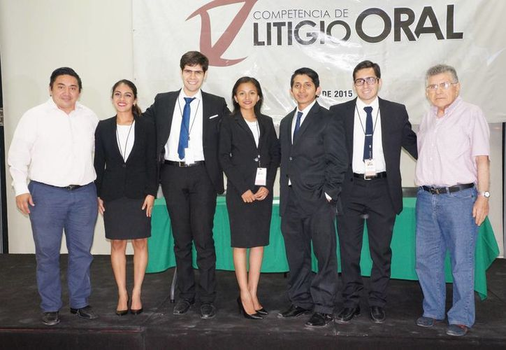 Estudiantes de la Universidad Modelo ganadores de la Competencia de Litigio Oral, organizado por el Poder Judicial de Yucatán. Primero de la Izq. Marcos Celis, titular de ese poder. (Foto: Cortesía PJY)