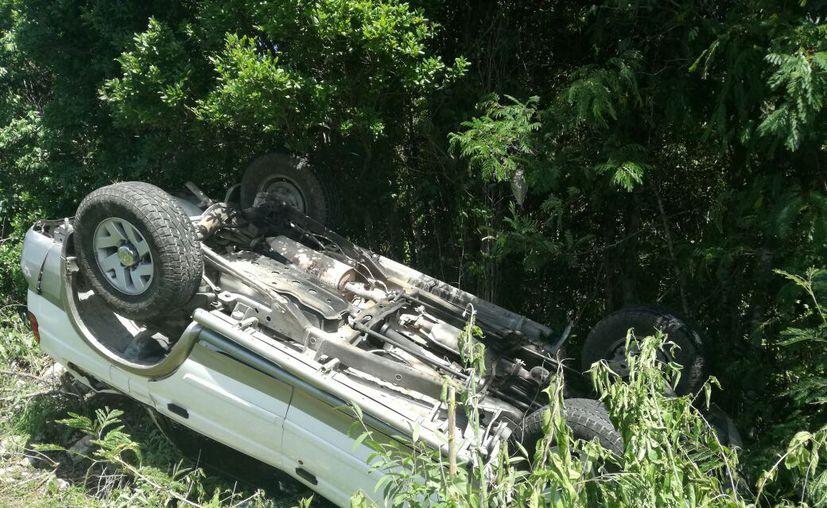 La causante del accidente tuvo que ser trasladada al Hospital General de urgencia, y la familia que viajaba en el vehículo fue trasladada por ambulancias de la Cruz Roja. (Redacción/SIPSE)