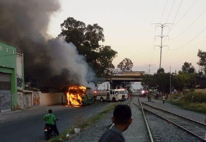Horas después del ataque, en varias zonas de Guadalajara se incendiaron vehículos para bloquear calles. (Internet)