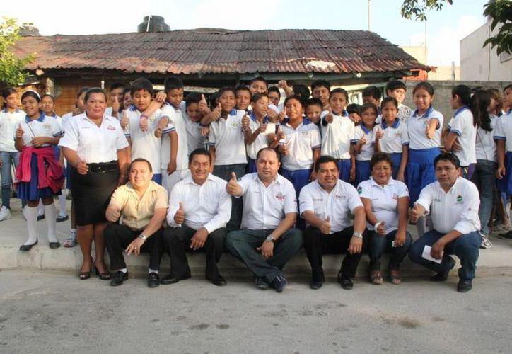 El alcalde acompañado de funcionarios y alumnos. (Cortesía/SIPSE)