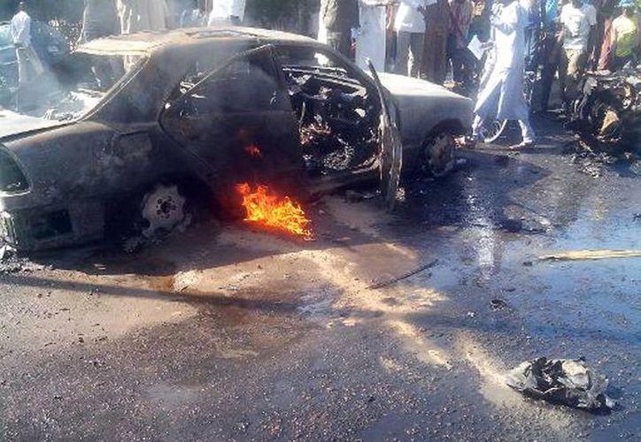 Los restos calcinados de un coche momentos después de una explosión en un mercado de Maiduguri, Nigeria, el pasado 14 de enero. (AFP)
