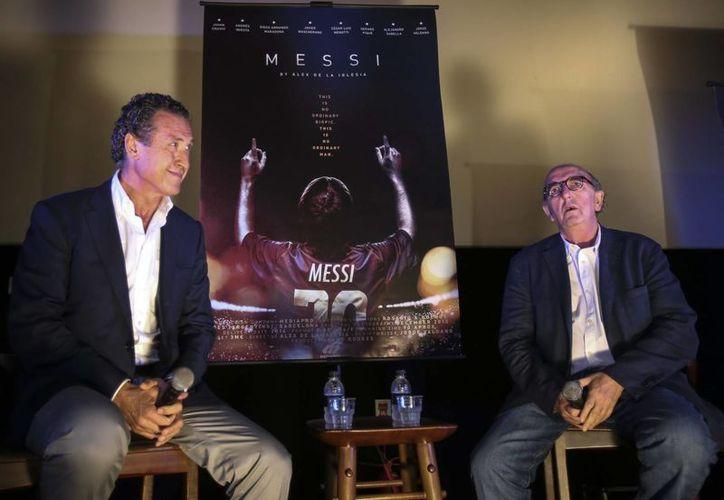 Jorge Valdano (i) con el cineasta Alex de la Iglesia. autores del filme 'Messi', sobre la vida del delantero argentino que actualmente disputa el Mundial en Brasil. (EFE)