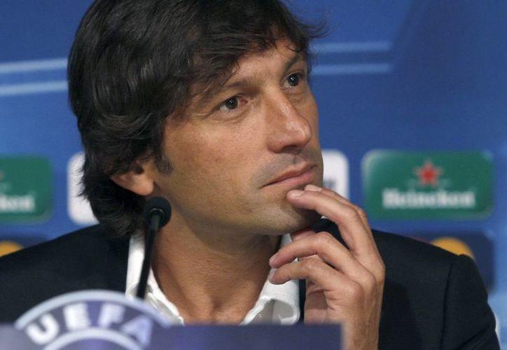 En un duelo de liga en el que el PSG empató, Leonardo se ofuscó y zamarreó a un referee. (EFE)