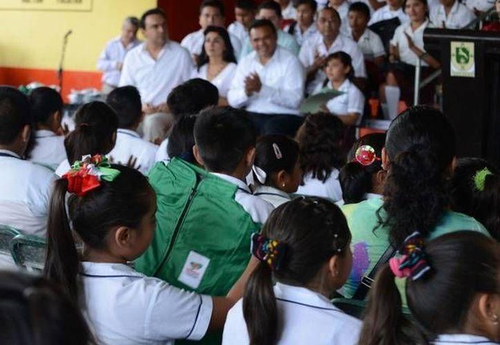 La entrega de chamarras comenzó en Hoctún, Yucatán. (Cortesía)