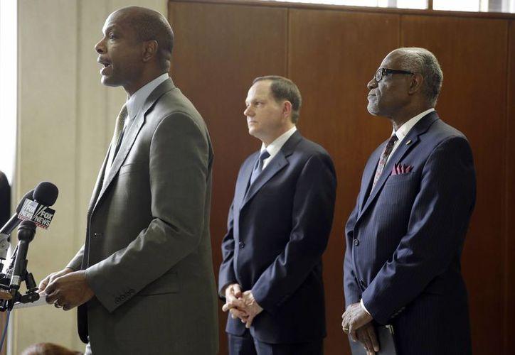 Daniel Isom, director del Departamento de Seguridad de Missouri (i) habla mientras el Mayor de San Luis, Francis Slay (c) y Charlie A. Dooley escuchan durante una conferencia previo al fallo del gran jurado respecto al caso del policía blanco que mató a un  joven negro en agosto. (Foto: AP)