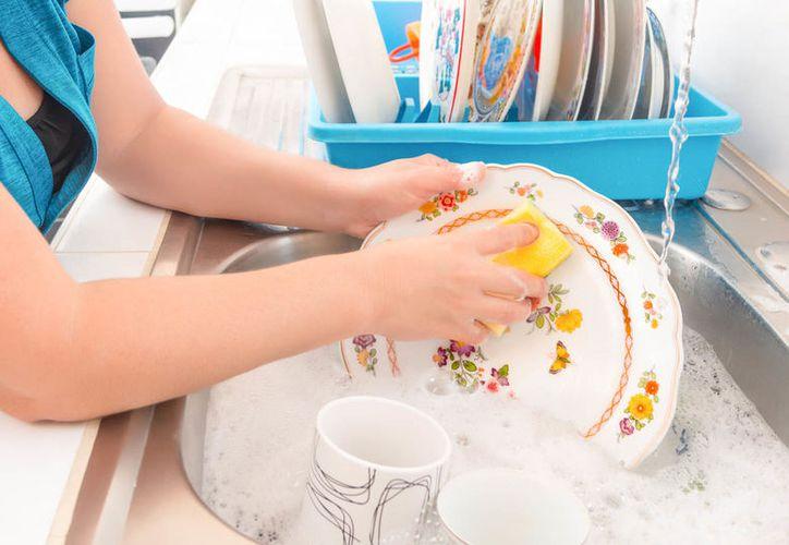 Las actividades físicas ligeras que hacemos a diario, como lavar los platos,, tiene un efecto positivo en la esperanza de vida. (Foto: Viviendo saludable)