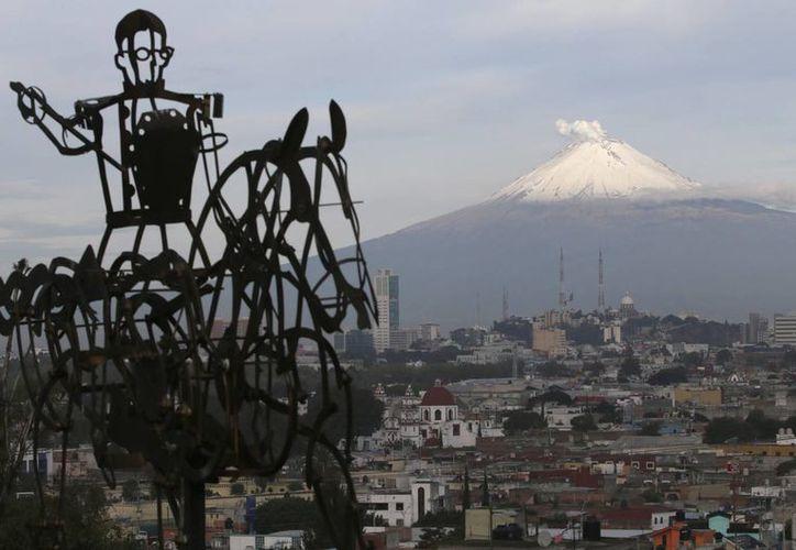 Cenapred recomienda evitar acercarse al volcán en un radio de 12 kilómetros para evitar caídas de fragmentos. (Notimex)