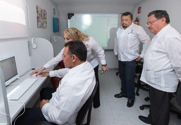 El Gobernador inauguró la Plaza Comunitaria Móvil del Instituto de Educación para Adultos del Estado de Yucatán y reconoció a sus trabajadores por años de servicio a la sociedad yucateca. (Cortesía)