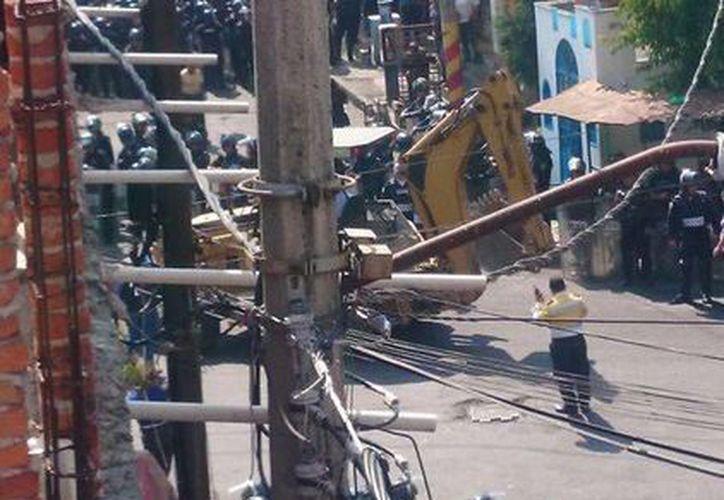 Los granaderos resguardan a los trabajadores que debía reiniciar las obras (@sandraetello)