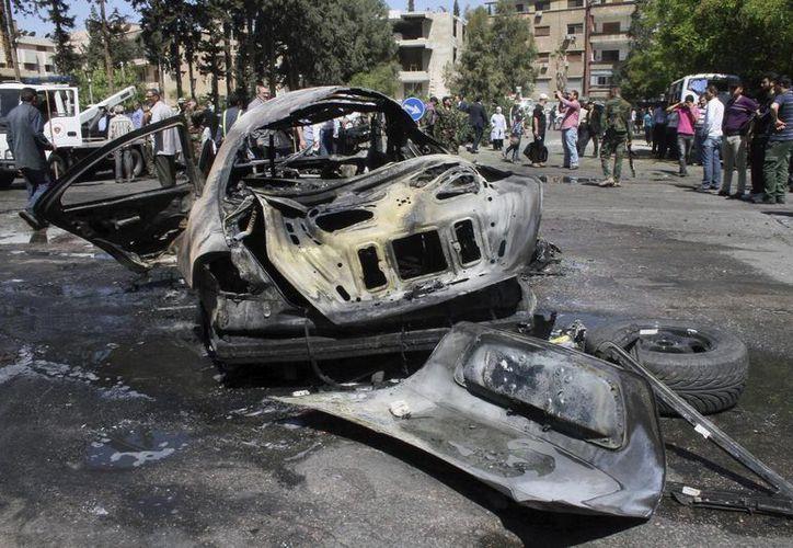 Vista del estado en que ha quedado un vehículo tras un atentado, en Siria. (EFE/Archivo)
