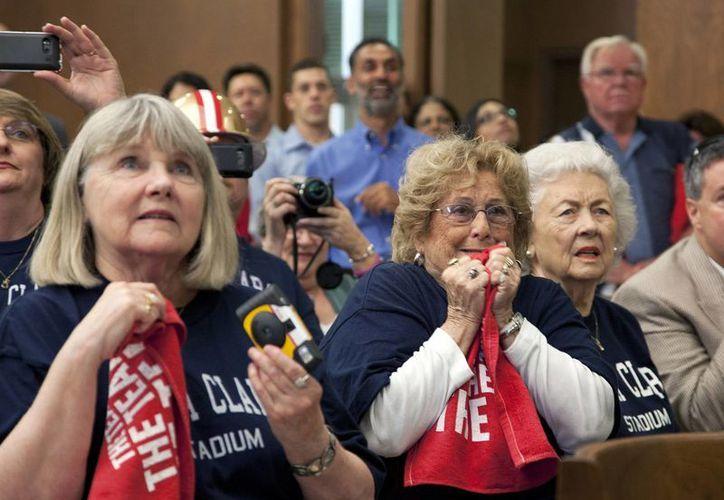 Peggy Parkin (i), Dorothy Rosa (c) y Del Fontana, seguidoras de los 49ers, esperan con ansia la decisión sobre la sede del Super Bowl 50. (Agencias)