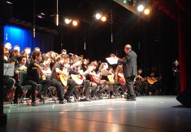 Estudiantes de Guitarra, Coro y Orquesta Sinfónica ofrecieron recital en el Centro Estatal de Bellas Artes. (Milenio Novedades)