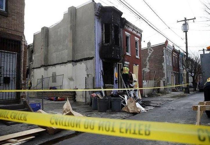 Las autoridades intentan determinar qué causó el incendio que cobró la vida de una mujer embarazada y su hijo pequeño en Filadelfia. (AP)