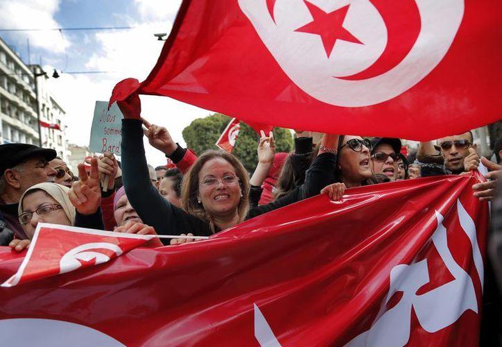 Cientos de tunecinos se manifestaron el viernes en contra del extremismo islámico. Túnez es el único país que logró consolidar la democracia tras la Primavera Árabe en 2011. (AP)