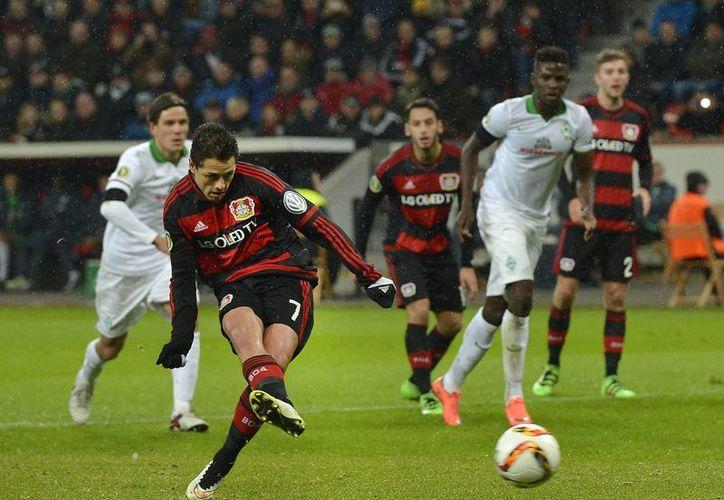 Javier Hernández puso adelante a Leverkusen por la vía del penal al minuto 22 de la primera mitad contra Bremen en partido de la Copa alemana. Posteriormente, 'Chicharito' saldría lesionado al minuto 55 y su equipo perdió. (AP)