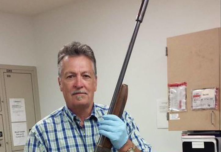 En la foto, aparece un miembro de la Policía de Seattle con la escopeta utilizada por el vocalista de Nirvana. (AP)
