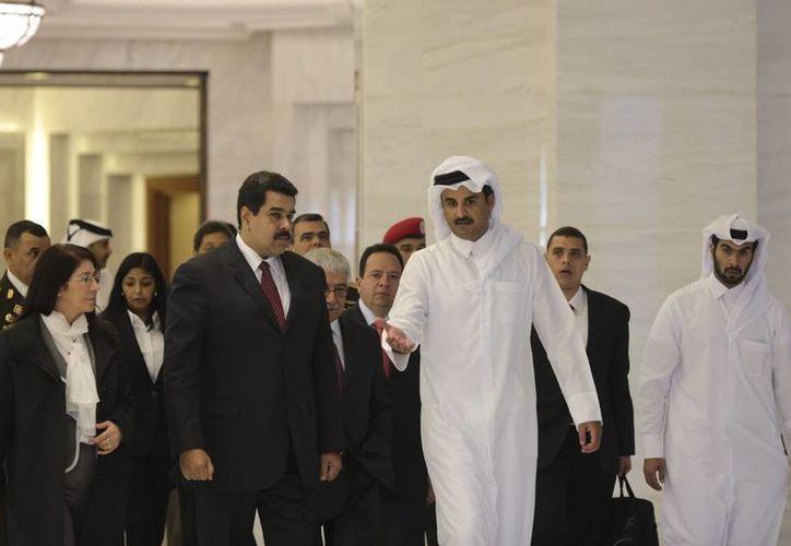 Nicolás Maduro y el emir de Qatar, Tamim bin Hamad al Zani, se reunieron para abordar la bajada de los precios del petróleo. (EFE)