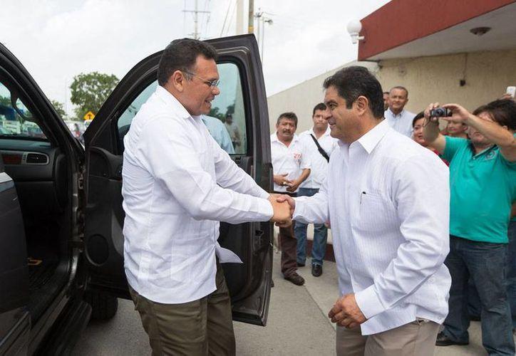 El gobernador del Estado, Rolando Zapata Bello, asistió ayer a la asamblea de la FUTV; en la imagen, saluda al líder de los taxistas, Héctor Fernández Zapata. (Oficial)
