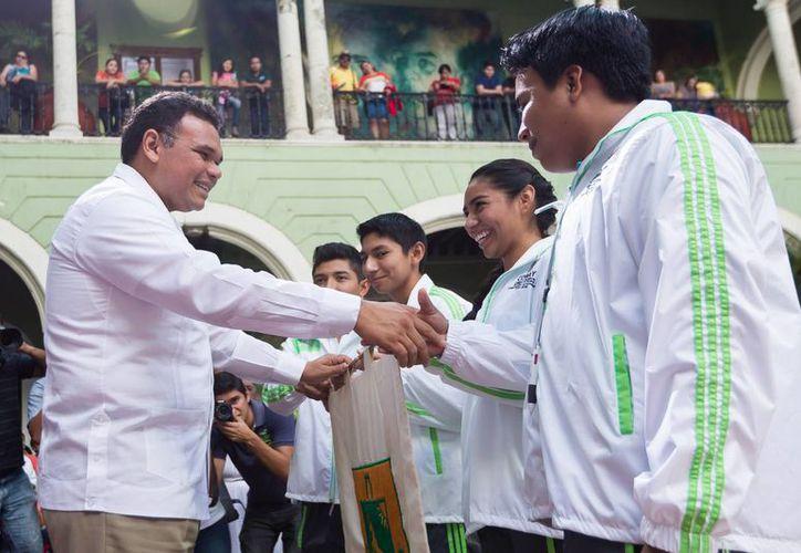 Jóvenes del Cobay, que aparecen con el gobernador, representarán a Yucatán en importante evento regional. (SIPSE)