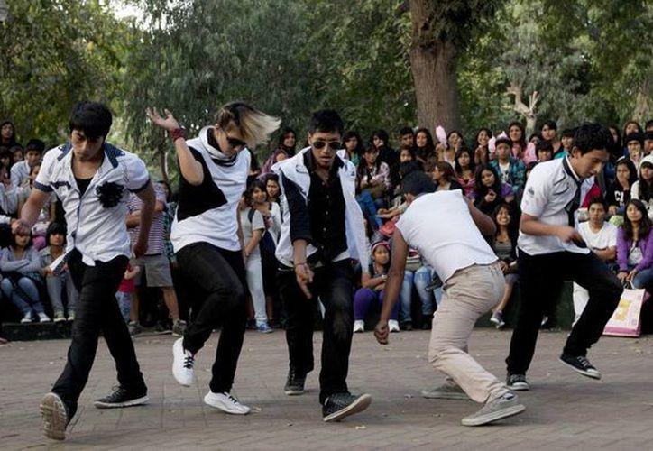 Seguidores del grupo coreano de K-pop, Big Bang, los imitan en el parque Ramón Castilla, en Lima, Perú. (Agencias)