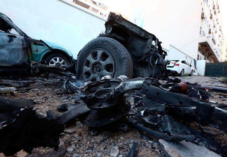 La explosión de un coche bomba dejó saldo preliminar de 30 muertos en Qubba, Libia. La imagen no es del atentado, sino de otra explosión, registrada frente a la embajada de Egipto en Libia, utilizada como contexto. (Efe/Archivo)