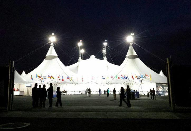 La carpa blanca está climatizada y para el espectáculo posee tecnología de punta en materia de iluminación y sonorización. (Cortesía)