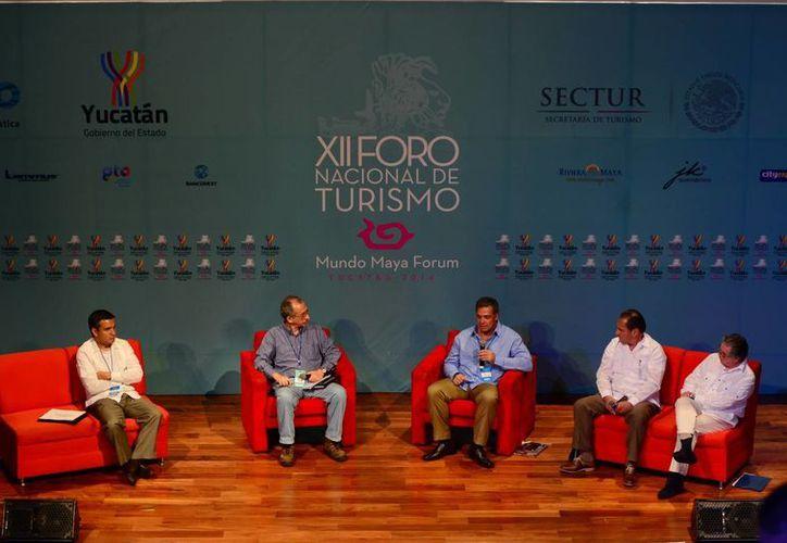 Para potenciar la conectividad aérea se requieren otras 300 aeronaves, afirmaron panelistas del Foro Nacional de Turismo. (Luis Pérez/SIPSE)