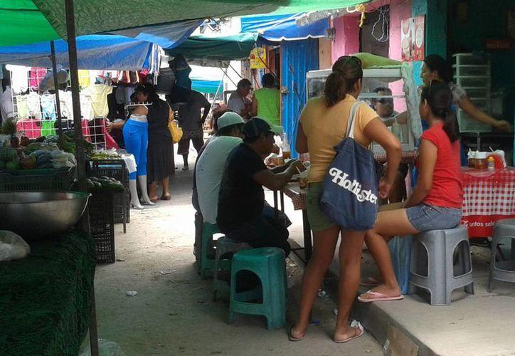 Las autoridades revisarán los 52 tianguis que se instalan en la ciudad. (Consuelo Javier/SIPSE)