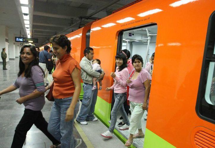 """Los """"bocineros"""" ofrecen productos pirata y molestan a usuarios del metro. (Archivo SIPSE)"""