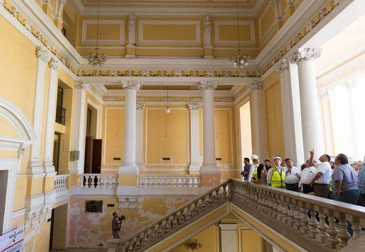El gobernador Rolando Zapata Bello supervisó los trabajos en el teatro José Peón Contreras, sede que recibe una inversión de 21.5 millones de pesos para rehabilitarlo. (Cortesía)