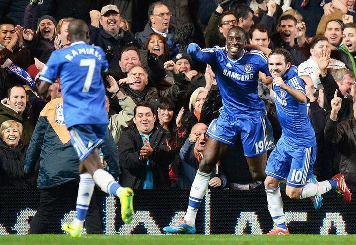 Demba Ba (c) celebra con sus compañeros del Chelsea el 3-1 ante el Southampton durante el partido de la Liga Premier. (EFE)