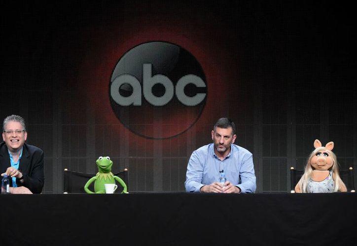 Peggy y La rana René anunciaron su separación a través de un comunicado difundido en su página de Facebook, la foto corresponde a una conferencia de prensa en Beverly Hills para dar detalles sobre el regreso de Los Muppets a la TV. (AP)
