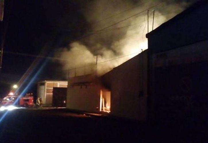 Al lugar llegaron bomberos de los municipios de San Juan del Río, Tequisquiapan y Pedro Escobedo para tratar de controlar la explosión. (Estrella Álvarez/Milenio)