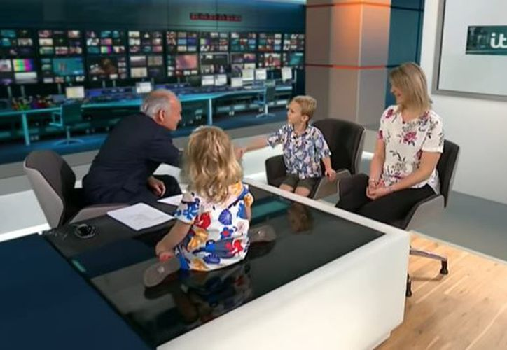 La pequeña continúa sentada sobre el escritorio, mientras el conductor presentaba otro segmento. (Foto: YouTube)
