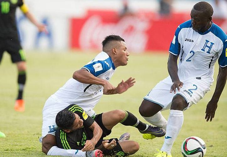 El defensa hondureño, Luis Garrido, y el atacante mexicano, Javier Aquino, protagonizaron una escena estremecedora durante la lesión del primero en el partido entre sus selecciones nacionales en San Pedro Sula. (Imágenes de Mexsport)