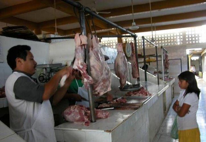 Los precios de la carne de cerdo al consumidor se incrementarían ante la escasez del producto, dicen los carniceros en Carrillo Puerto. (Manuel Salazar/SIPSE)