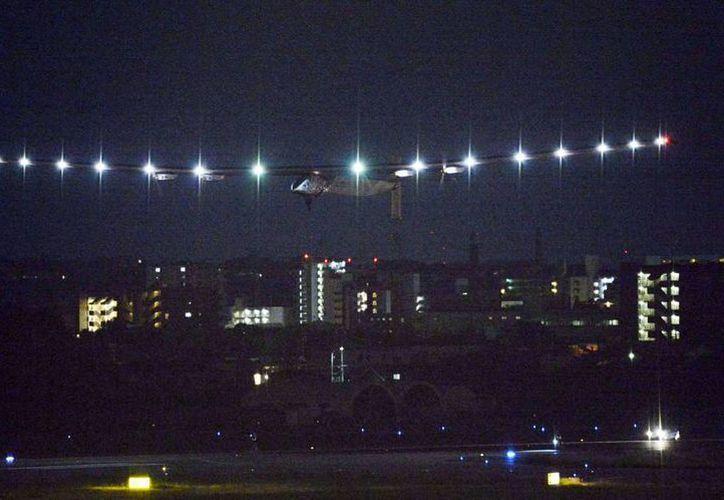 Imagen del avión Solar Impulse 2, impulsado con energía solar, al despegar de Toyoyama, Japón, en la madrugada del 29 de junio del 2015. El avión intentará un vuelo de cinco días sobre mar abierto hasta Hawai. (Kyodo News via AP)