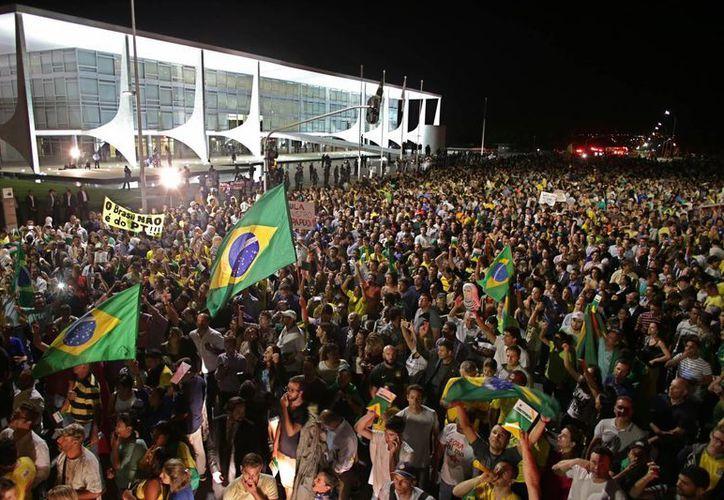 Frente al Palacio del Planalto, sede de la presidencia de Brasil, se congregaron miles de personas para exigir la renuncia de la presidenta Rousseff. (AP)