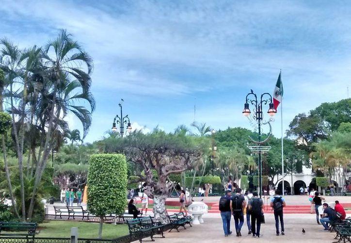 Según los empresarios de Yucatán, el Gobierno tiene un plan integral para 'limpiar' de basura, ruido y obstáculos el Centro Histórico de Mérida. La imagen, de la Plaza Grande, está utilizada como contexto. (SIPSE.com)